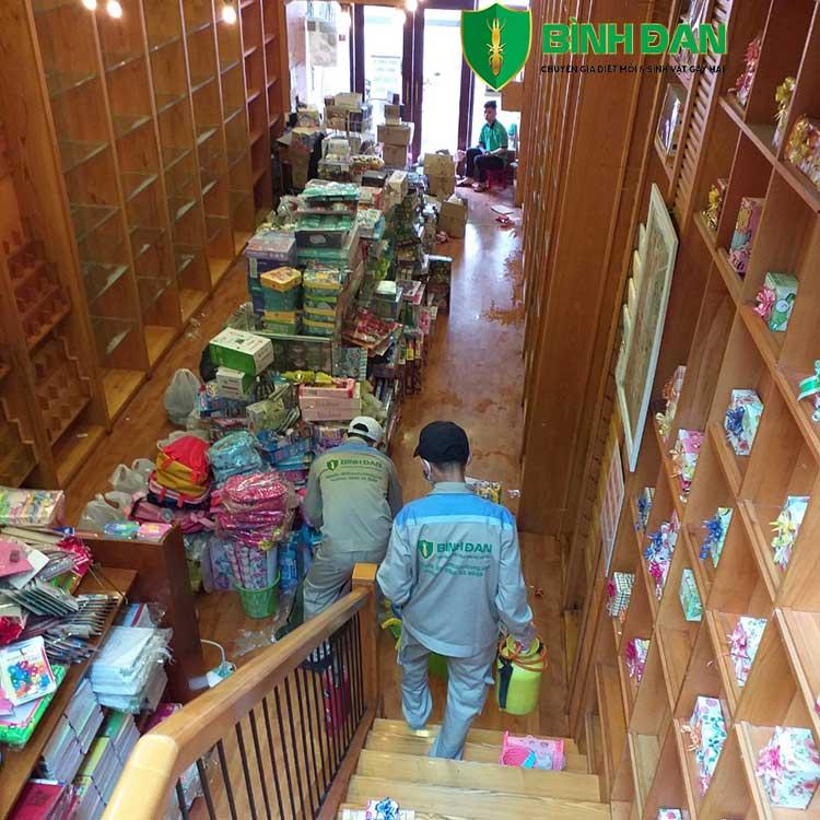 Hình ảnh thi công diệt mối tại siêu thị đồ chơi và sách của bé 10